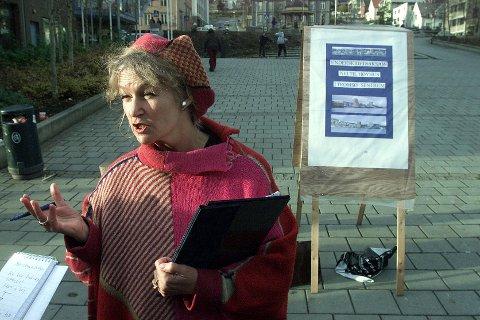 MOT HØYHUS: Marie Fangel ble særlig kjent for sitt engasjement i byutvikling. Her samler hun underskrifter mot høyhus i 2000.