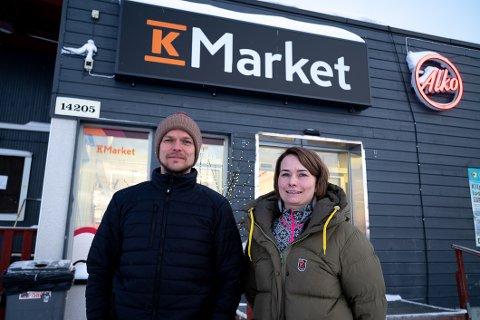 HÅP: Mikko Rouso og søsteren Elina Rousu-Karlsen driver K-market-butikken ved Kilpisjärvi. De håper lettelsene i innreiseregimet til Norge skal føre til at nordmenn påny kommer til butikken på grensehandel