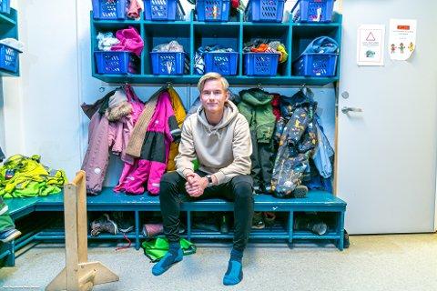NY GARDEROBE: Brian Stangnes Kjeldsberg fikk sjansen på Kaiserslauterns fotballakademi som 17-åring. Seks år senere trives han godt i garderoben til Kråkeslottet barnehage.