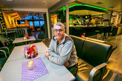 KRITISK: Jan Johansen har fortsatt nok å gjøre på sitt serveringssted Direktør´n Bistro, men er fortvilt over restriksjonene han må leve med i en smittefri kommune.