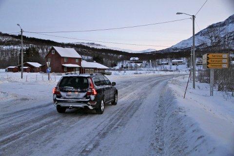 STENGER VEI: Takplater har løsnet fra den gamle kroa ved Fossbakken. Brannvesenet vil stenge veien.