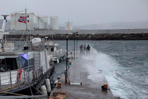 50 SEKUNDMETER: Ekstremværet Frank treffer havna i Sandnessjøen. Det er målt orkan med vindkast på opptil 50 sekundmeter på Helgeland, ifølge Meteorologisk institutt. Foto: Therese Jægtvik / Helgelands Blad /  NTB
