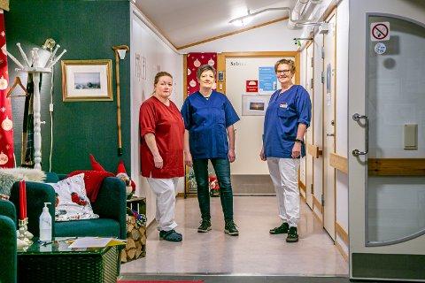 ER KLARE: Eva Magnussen, Andrea Pedersen og Linda Olsen er klare til å ta i mot vaksinen torsdag. Forhåpentligvis går sykehjemmet et litt mindre krevende år i møte.
