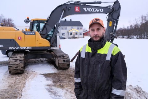 PÅ LEIRGRUNN: Truls A. Johnsen bor i huset bak, mens NVE har kjørt fram gravemaskinen for å starte sikringsarbeid mot kvikkleireskred på Leirbekkmoen.