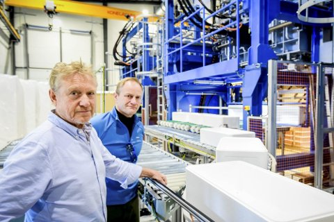 Torbjørn Grimstad er daglig leder i isoporkassefabrikken Bra kasser. Her han (til venstre) ved den ene av produksjonslinjene i fabrikken på Sørarnøy.
