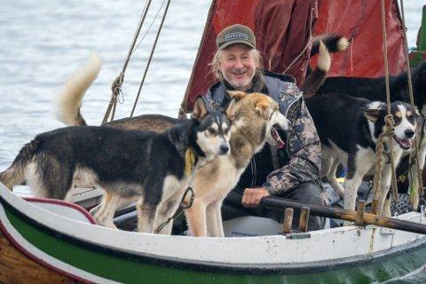 HUNDELIV: Eventyreren Bengt-Are Barstad seiler og ror sammen med polarhundene Kaos, Kvass, Kvikk og Tapper.