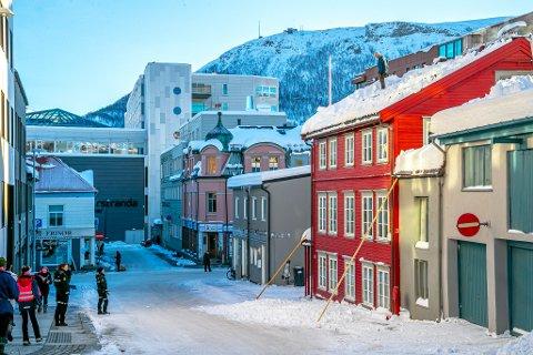BEKYMRET: Her snakker politiet med snømåker Gunnar Nerdrum på taket av sitt kontorbygg i Fiskergata i Tromsø sentrum.