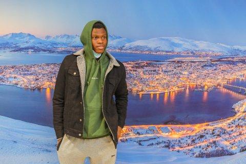 NY HJEMBY: Ebiye Moses foran det store bildet av et vinterlig Tromsø på Langnes etter at han ankom tirsdag ettermiddag.