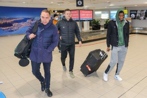 LANDET: Ebiye Moses (t.h.) på plass på Tromsø lufthavn sammen med TILs Lars Petter Andressen og spillerens agent Atta Aneke (t.v.).