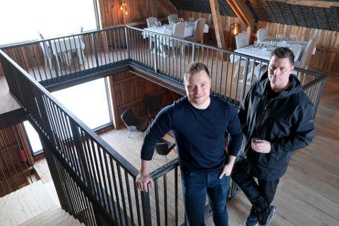«FJØSRØKTERE»: Brødrene Magnus (t.v.) og Anders Hanssen har bygd om en 53 år gammel fjøs til restaurant og bar.