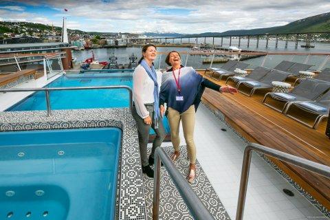 BEDRE TIDER: Annhild Hansen i Visit Tromsø og Harriet Willassen i Tromsø Havn avildet på et cruiseskip i juli 2019.