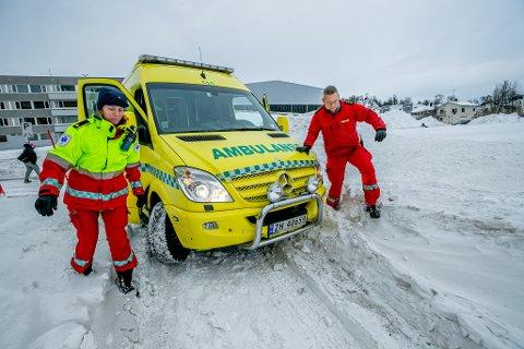 VANSKELIG: Ambulansen fra UNN setter seg raskt fast på vinterføret på den trange sykkel- og gangveien inn mot blokkene i Bjerkaker Sjøpark.