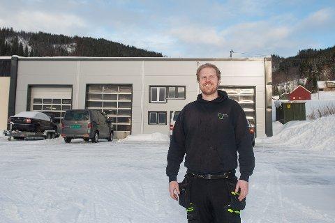 STOR STAS: Mads Andreassen synes det er stor stas med egen bedrift i bygda han har vokst opp.
