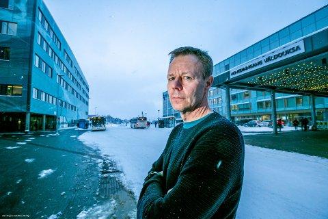 MÅTTE TA GREP: Snorre Manskow Sollid er driftsleder for operasjonsaktiviteten i Opin-klinikken. Strenge innreiseregler og mangel på intensivsykepleiere utfordrer den vanlige drifta. Vaktplaner går ikke opp.
