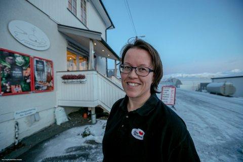 POPULÆR: Styreleder Kurt Holien forteller om en populær nærbutikk som betyr mye for lokalbefolkningen. Her er Aina Olsen, daglig leder ved Kvaløyvågen landhandleri.