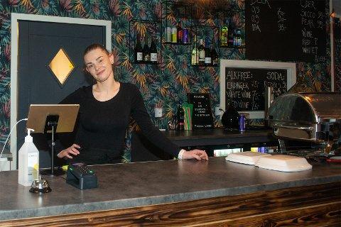 SATSER: Ervina Lukosiute Wilsgård satset på kafé i Senjahopen da Mix-kiosken stengte. – Jeg ønsket ikke å vente, for da ville sikkert noen andre gjøre det, og da ville jeg angret at jeg ikke tok sjansen, forklarer hun.