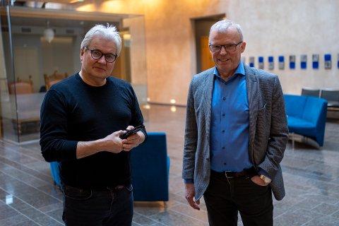 SAKSØKT: NRK Troms-journalistene Sveinung Åsali (til høyre) og Øystein Antonsen er saksøkt etter å ha solgt en båt i 2019. Her fra Nord-Troms tingrett tirsdag.