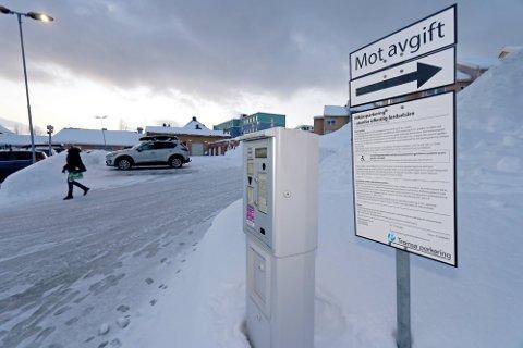 MÅ BETALE: Ansatte i Troms fylkeskommune må betale for å parkere på jobb. Her ved ansattparkeringen på Fylkeshuset i Tromsø. Oppdraget med å kreve inn parkeringsavgift ble sendt ut på anbud. Foto: Torkil Emberland