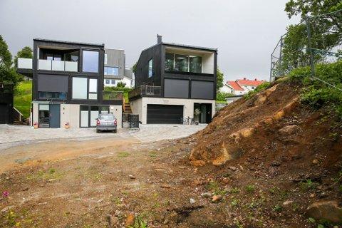 MANGLER FERDIGATTEST: M. Urdalsveg 14 A og B slik husene fremsto i juli 2020.