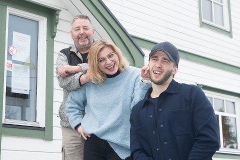 HOLDER I ØRENE: Trioen tror det går bra, så lenge de holder hverandre i ørene. Ikke tvil om at familien har humoren på plass.