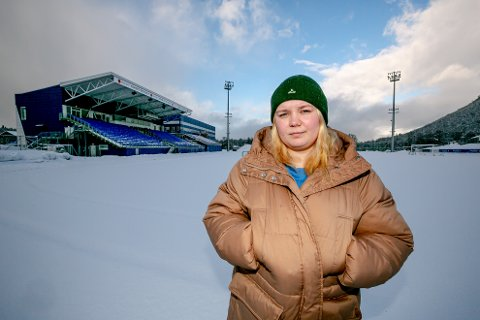 SLUTTET: 17 år gamle Sigrid Jensen er blant de mange fotballspillerne som har gitt opp hobbyen sin gjennom det første året med koronarestriksjoner. Her på sin gamle hjemmearena TUIL Arena.
