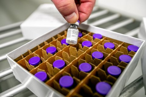 VAKSINEDOSER: I utgangspunktet skal hetteglassene fra Pfizer inneholde seks doser. Hvis man bruker bestemte opptrekksmetoder, eller er veldig fingernem og rutinert, kan man klare å få opp en syvende dose fra glasset.