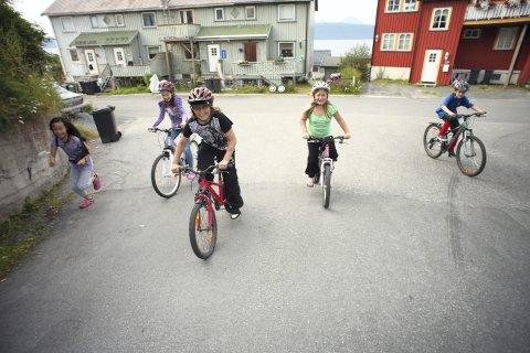 BARNESKOLEN: Troms fylkeskommune har delt ut hjelmer til elevene. Erfaringen var at få tok hjelmen på hodet.