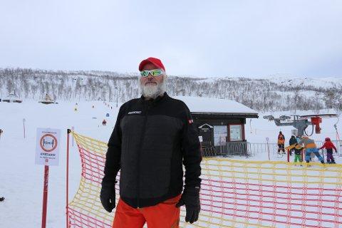 FORNØYD: Øystein Johansen i Målselv Fjellandsby er veldig glad for at folk tar turen til dem, til tross for flere utfordringer denne sesongen.