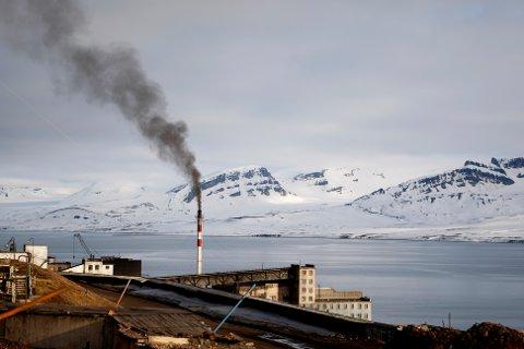 KJØRER PÅ KULL: Den russiske gruvebyen Barentsburg frykter for framtiden når Norge innfører tungolje-forbud rundt hele Svalbard. Dette bildet er fra 2008.