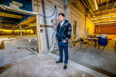 GOD PLASS: Eric Lawrence Wiik i Bjørn Eiendom har over 6.000 kvadratmeter med ledige lokaler etter at bowlinghallen flyttet.
