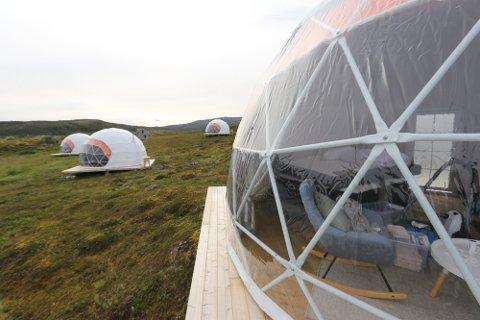 MÅTTE RIVES: Eieren fikk pålegg av kommunen og måtte fjerne disse igloene som sto på Kvaløya. Foto: Silje Charlotte Solstad