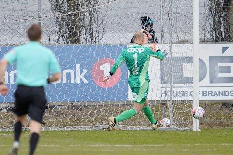 NESTEN: Rosenborgs keeper André Hansen redder sin egen klarering på strek under treningskampen i fotball, før eliteserien 2021, mellom Rosenborg og Tromsø.