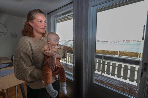 UTSIKT: Fra stuevinduet kan Jannie Nilsen Lian og sønnen Emrik nyte utsikten mot sundet. Hvor lenge det varer, vet de ikke.