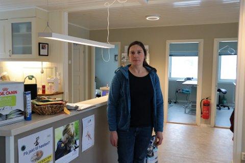 STENGE: Sarah Schott forklarer hvorfor hun må stenge veterinærklinikken.