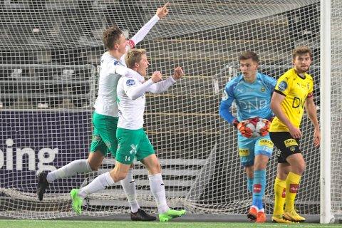 INTERESSANT FOR TIL: Vetle Skjærvik jubler her med kapteinsbindet på sammen med Kristian Eriksen for mål mot Lillestrøm mot slutten av 2020-sesongen. Nå er 20-åringen en spiller TIL vurderer å hente.