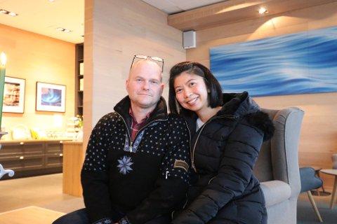 I MALANGEN: Her sitter Hans Martin og Woralak Enoksen i lobbyen. De forklarer at de er svært ofte i Malangen.