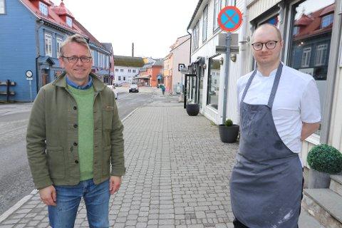 MILJØGATE: Strandgata er enveiskjørt, men har to kjørefelt. Nå vil Morten Skandfer (til venstre) ha mindre plass for biler og mer for folkeliv og uteservering. Steffen Lundli ved Risø Mat og Kaffebar støtter forslaget.
