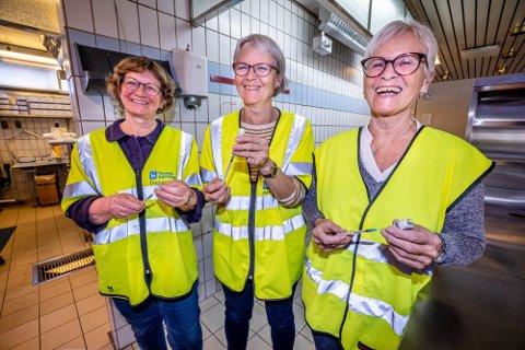 FERIE: Pensjonerte sykepleiere Else Andersen, Torgunn Andersen og Åse Lindrupsen er i full sving på vaksinesenteret på Mellomveien i Tromsø. - Men i juli vil jeg ha ferie sier Lindrupsen.