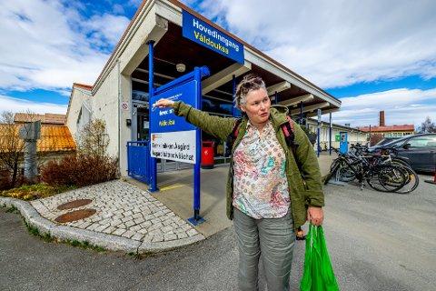 - FORFERDELIG: Katharina Eline Håkaby ble innlagt på Åsgård for første gang for 18 år siden. I dag drar hun til klinikken for ukentlig behandling. - Flyttevedtaket er helt forferdelig, mener hun.