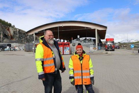 LØRDAGSÅPNET: Pål Jensen, driftsleder på returstasjonen og Karoline Pedersen, kundeveileder returstasjonen.