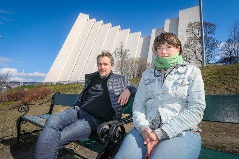 Harald Bakkeby Moe og Anne-Berit Buvik er to av musikerne/sangerne som driver Midnattskonsertene i Ishavskatedralen Nå stevner de Tromsdalen menighet for dårlige arbeidsforhold.