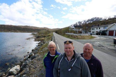 SKAL HØRES: Inge Pettersen, Helge Pettersen og Ørjan Pettersen bor ved strandeiendommen som ønskes utfylt for  rorbuer i tilknytning til et turistanlegg i Kvaløyvågen. De har vært skeptiske, og nå blir de og utviklingslaget hørt før saken avgjøres.