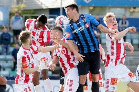 SEIER: TILs Ebyie Moses (bak i midten) i duell med Stabæks Simen Wangberg under eliteseriekampen i fotball mellom Stabæk og Tromsø på Nadderud Stadion.