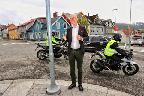 MER TRAFIKK: Her vil Brynjar Østgård og advokatkollegene i Storgatbakken stoppe gjennomgangstrafikken. De foreslår å sperre den lille veistumpen mellom Nordre Tollbugate og Bispegata med skilt i sommer.