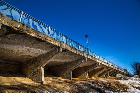 UTSATT BRULØFT: Fortauet og deler av veibanen hviler på ei bru ovenfor Gyllenborg skole. Utbedringa skal skje ved blant annet å sette opp spuntvegg, men arbeidet må nå utsettes i ett år.
