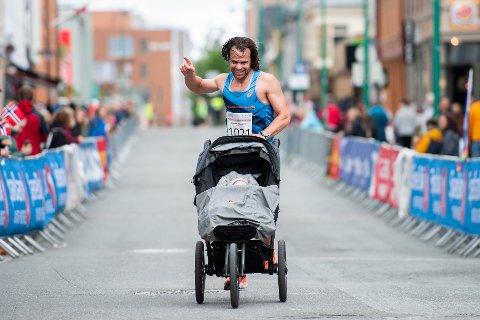 SPREKT: Marco Anelli fullførte halvmaraton under MSM med barnevogn gjennom samtlige 21,1 kilometer.
