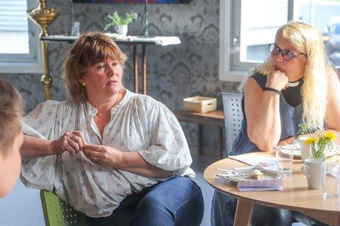 KOMMER TETT PÅ:  - De vi møter her på Bymisjonen er ikke klienter eller brukere, men gjester. Det gir et godt grunnlag for en god, ufiltrert samtale, sier Ann Karina Sogge. Her sammen med bymisjonsprest Birgit Lockertsen.