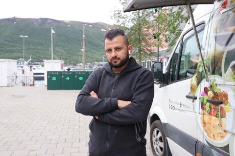 SKUFFET: Khader Zouorb ser her fryktelig skuffet ut. Det varte imidlertid ikke lenge. Noen timer etter at bildet ble tatt, fikk han vite at han blir alene om å drive matvogn i Bukta i sommer.