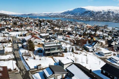 TIL SALGS: Dersom selger får prisantydning, snuser eneboligen i Tromsø på 20 millioner kroner i totalpris.