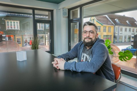 JOBBER PÅ: Kevin Jacobsen på Gründer Tromsø har gitt Tromsø kommune smittesporingslister, og varslet ansatte om at de må teste seg, etter at en person med koronasmitte var på utestedet lørdag 5. juni.